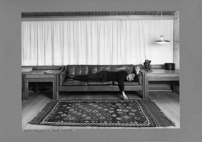 自邸にある2213ソファに横たわるボーエ・モーエンセン