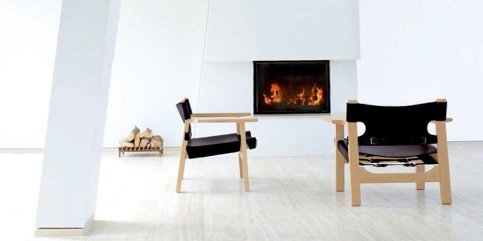 暖炉がある空間に配置されたチェア二脚