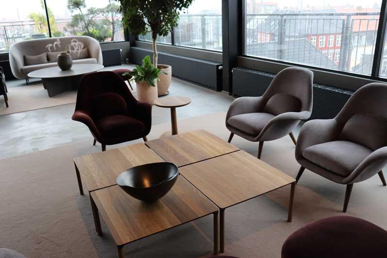 チェアやソファやテーブルなど、写った空間の画像