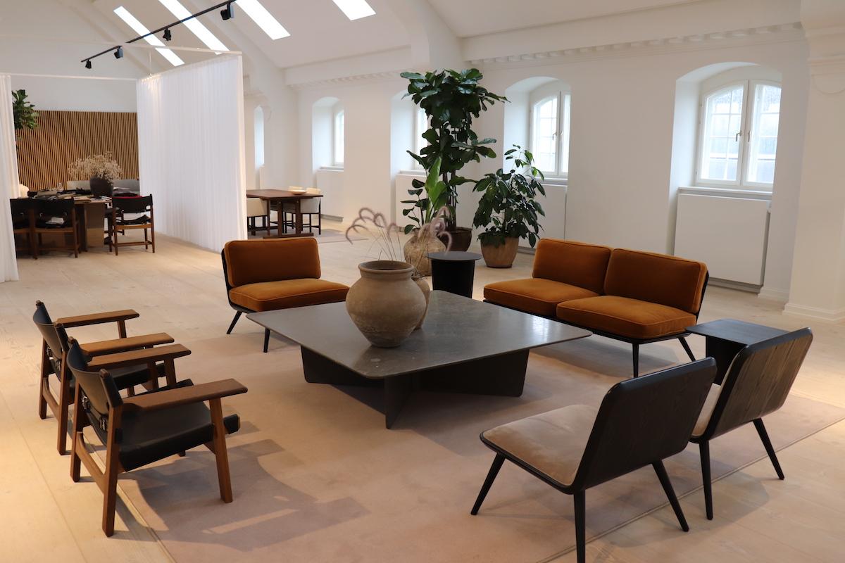 デザイナーズ家具が並ぶ空間画像