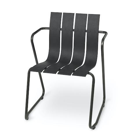 サスティナブルなデザイナーズ家具のオーシャンチェア(ブラック)正面